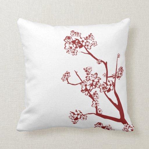 Almohada roja de la flor de cerezo