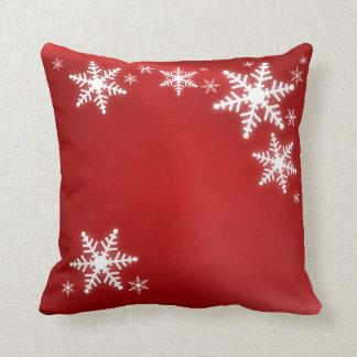 Almohada roja del navidad de los copos de nieve