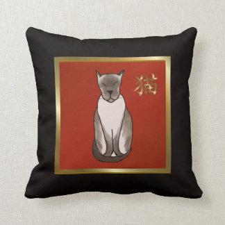 Almohada roja, negra y del oro del gato siamés de