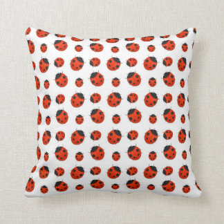 Almohada roja y blanca de las mariquitas