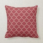 almohada roja y de marfil del quatrefoil moderno