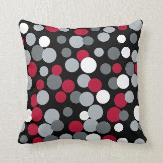 Almohada roja y negra de los puntos que despide