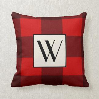 Almohada roja y negra del monograma de la tela