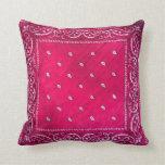 Almohada rosada con el diseño de Paisley