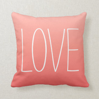 Almohada rosada coralina del amor de Ombré