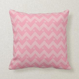 Almohada rosada de Chevron con las mariposas
