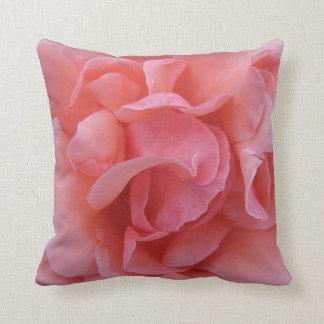 Almohada rosada del pétalo color de rosa