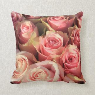 Almohada rosada del trow de los rosas