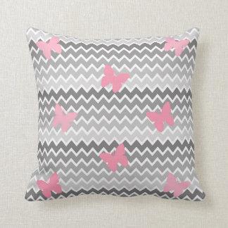 Almohada rosada gris gris de la mariposa de Ombre