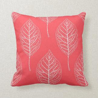 Almohada rosada y blanca coralina del modelo de la