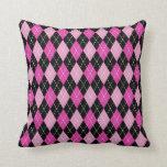Almohada rosada y negra de la impresión de Argyle
