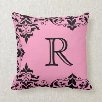 Almohada rosada y negra del damasco del monograma