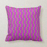 Almohada rosada y verde del modelo de las rayas