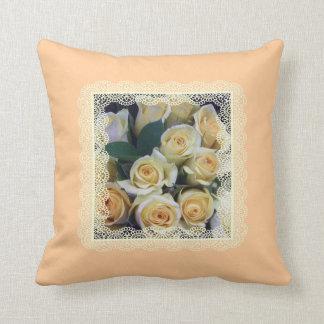 Almohada - rosas amarillos cremosos en cordón en