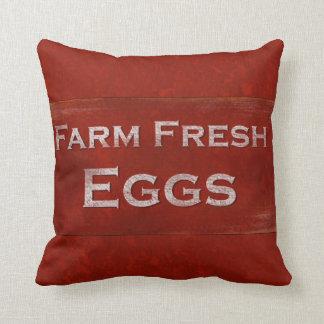Almohada rústica de la muestra de los huevos fresc