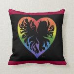 Almohada tribal del corazón del arco iris