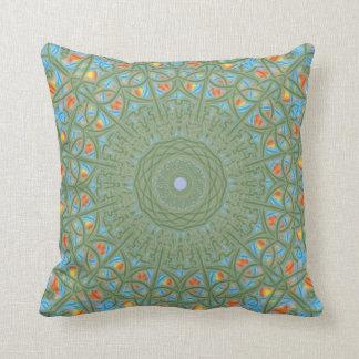 Almohada verde, azul, anaranjada y amarilla de la