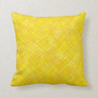 Almohadas amarillas tejidas