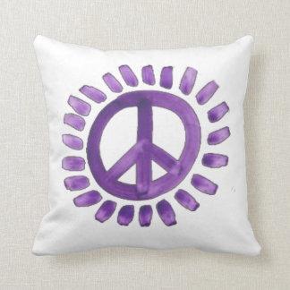 almohadas pintadas púrpura del signo de la paz