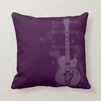 Almohadas púrpuras gráficas de la guitarra