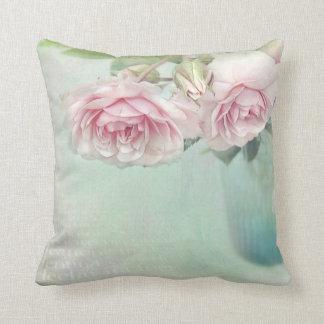 almohadas románticas en la Shabby actual Style