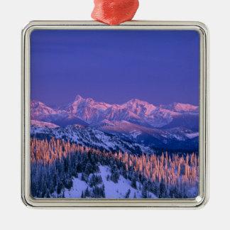 Alpenglow pega los picos del glaciar adorno de reyes