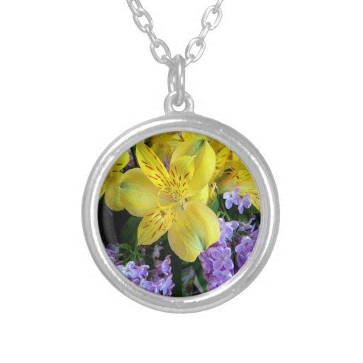 Alstroemeria y flores de las lilas joyería