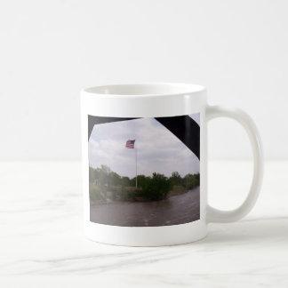 Alta bandera del vuelo taza de café
