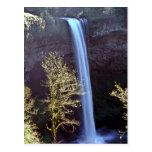 Alta cascada sobre el acantilado postales