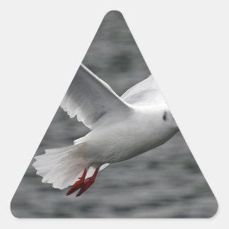 alta gaviota hermosa del vuelo sobre el océano pegatina triangular