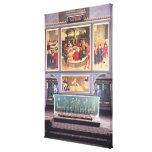 Altar con un tríptico que representa impresiones en lienzo estiradas