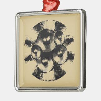 Altavoces blancos y negros de la música en un adorno navideño cuadrado de metal