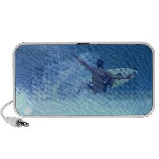 Altavoces extremos que practican surf