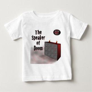 Altavoz de la condenación en blanco tshirt