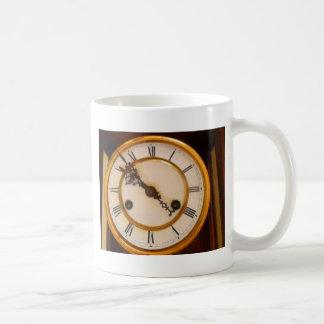 altes zifferblatt einer uhr coffee mug
