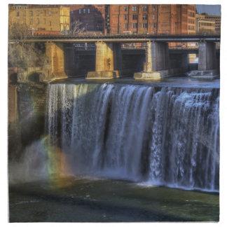 Alto arco iris de las caídas servilleta imprimida