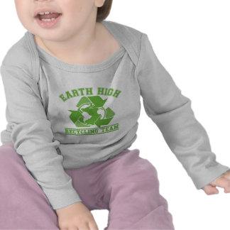 Alto equipo de reciclaje de la tierra camisetas