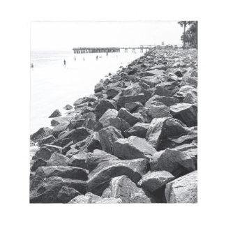 Alto paisaje dominante de la pared de mar de bloc de notas