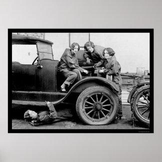 Altos mecánicos de automóviles 1927 de la colegial poster