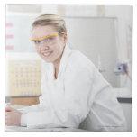 Alumno en una lección de la ciencia azulejo cuadrado grande