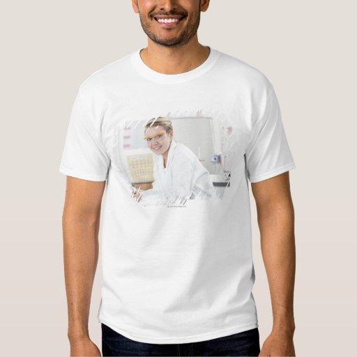 Alumno en una lección de la ciencia camisas