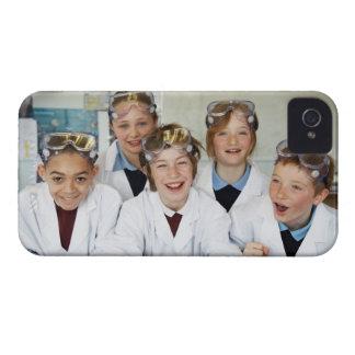 Alumnos (9-12) en la clase de la ciencia, Case-Mate iPhone 4 protectores