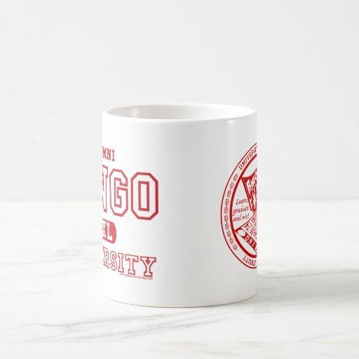 Alumnos de la universidad del bingo y taza roja de