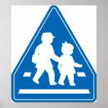 Alumnos que cruzan >> señal de tráfico japonesa posters