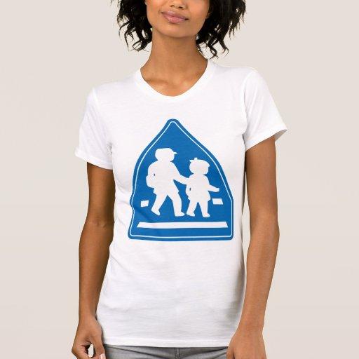 Alumnos que cruzan >> señal de tráfico japonesa camisetas