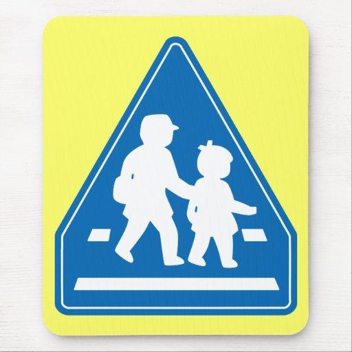 Alumnos que cruzan >> señal de tráfico japonesa tapetes de raton