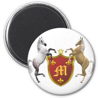 Alzar caballos con un escudo heráldico, con monogr imán redondo 5 cm