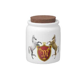 Alzar caballos con un escudo heráldico, con monogr jarra para caramelo
