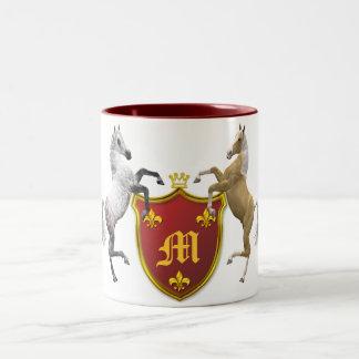 Alzar caballos con un escudo heráldico, con monogr tazas de café