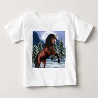 Alzar la camiseta del bebé del unicornio de la remeras